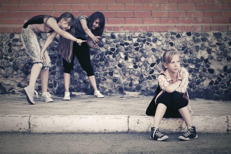 Ton?riga flickor i konflikt p? skolabyggnad arkivfoton