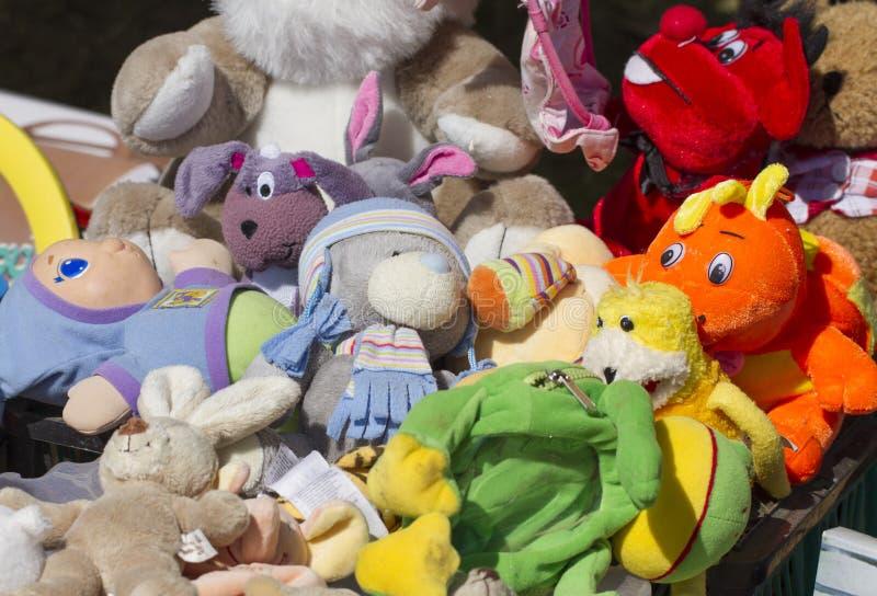 Ton tweedehandse teddyberen bij vlooienmarkt royalty-vrije stock fotografie