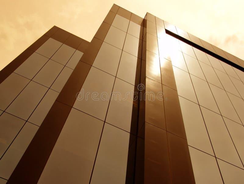 tonad byggnadssun arkivfoto