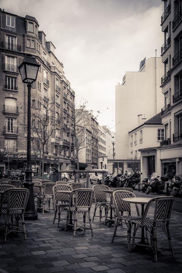 Tonad monokrom bild av ett gatakafé i Paris fotografering för bildbyråer