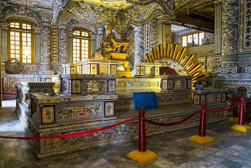 TONALIDAD, VIETNAM - CIRCA AGOSTO DE 2015: Sepulcro real en Khai Dinh Tomb imperial en tonalidad, Vietnam foto de archivo libre de regalías