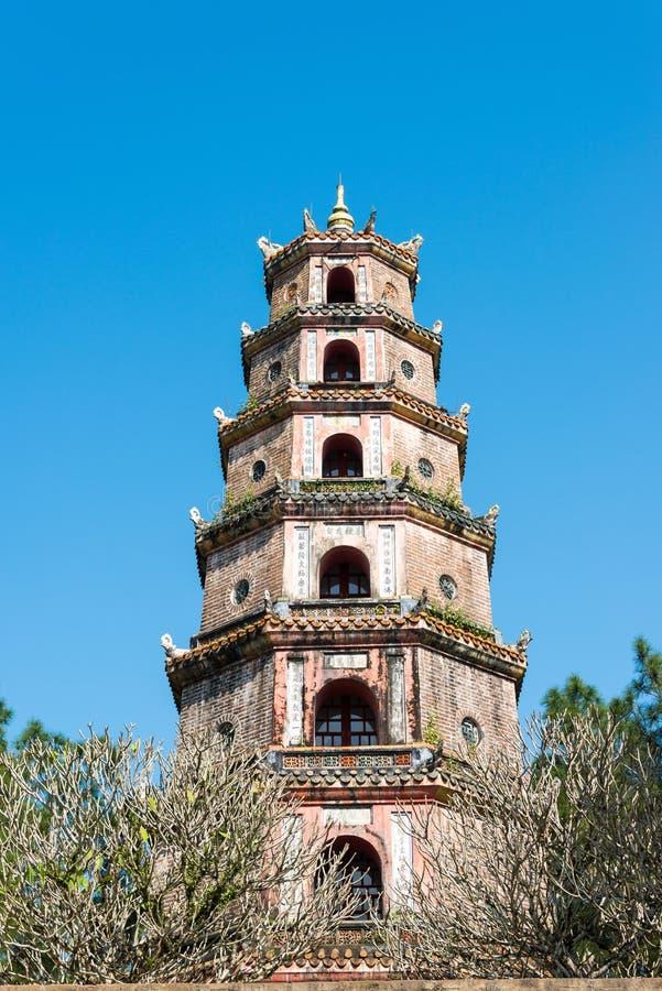 Tonalidad, Vietnam - 23 de enero de 2015: Pagoda de Thien MU (mundo Heritag de la UNESCO imagenes de archivo