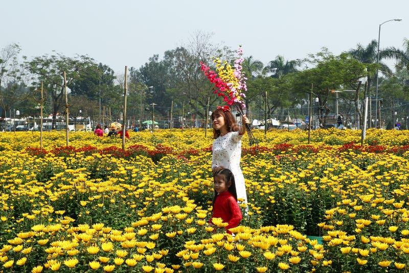 Tonalidad, Vietnam - 10 de febrero de 2018: Retrato de la mujer vietnamita y de su hija en los vestidos tradicionales imágenes de archivo libres de regalías