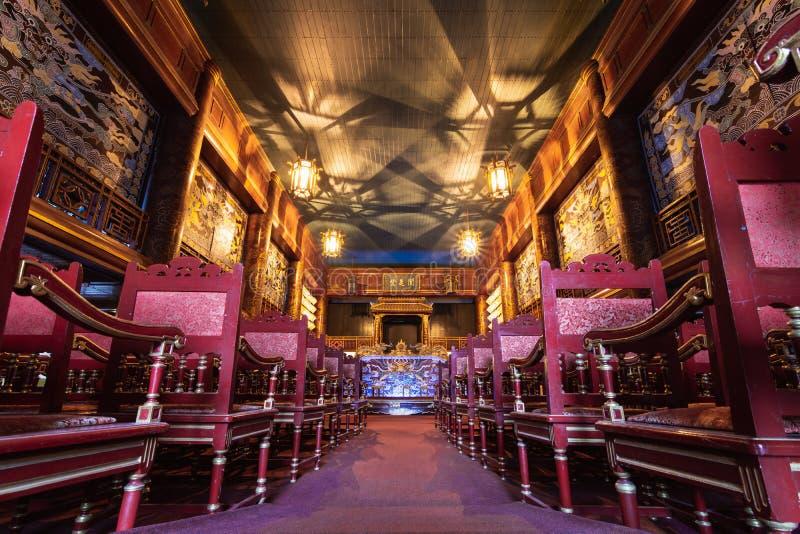 Tonalidad, Vietnam - junio de 2019: interior del teatro vietnamita histórico imagenes de archivo
