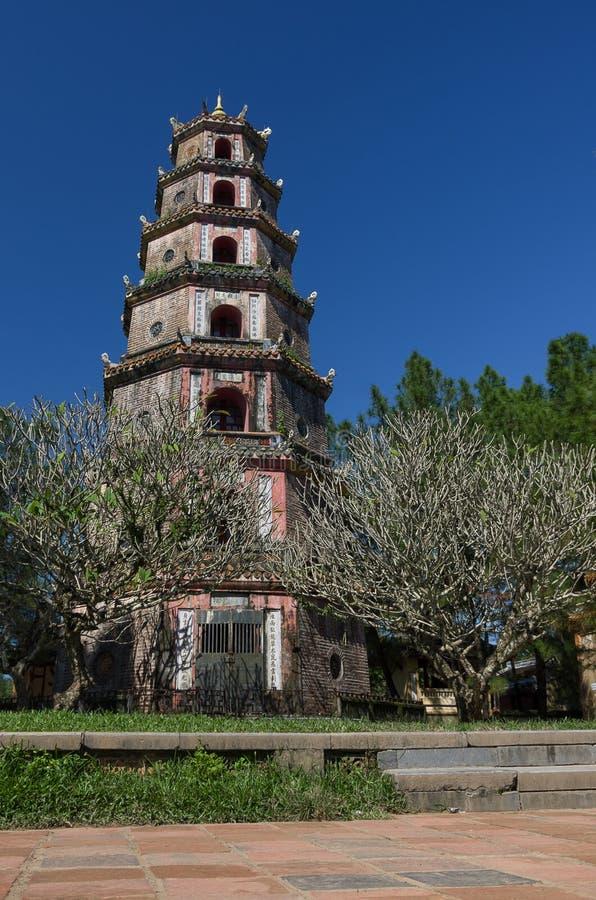 Tonalidad, Vietnam: Pagoda de Thien MU Sitio del patrimonio mundial de la UNESCO fotografía de archivo