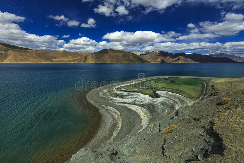 Tonalidades del lago Pangong imagenes de archivo