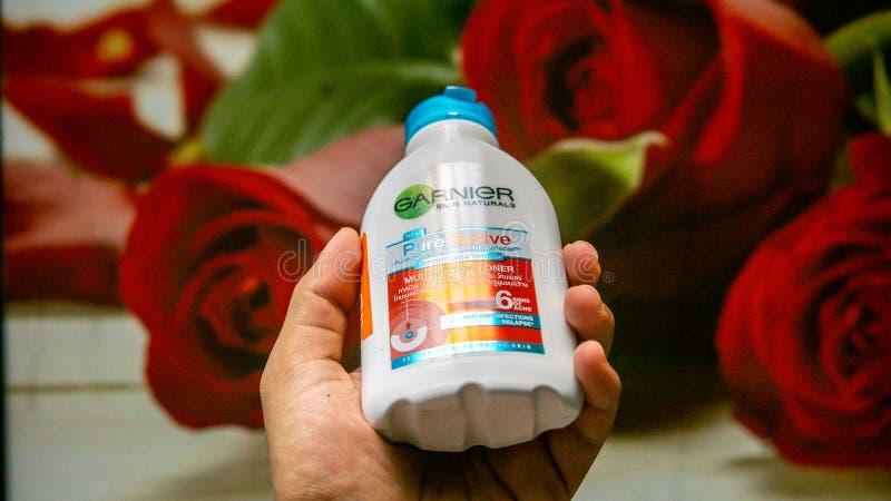 Tonalizador multifunction ativo puro do tipo de Garnier Anti imperfeição Produto de Skincare para lutar a acne imagens de stock royalty free