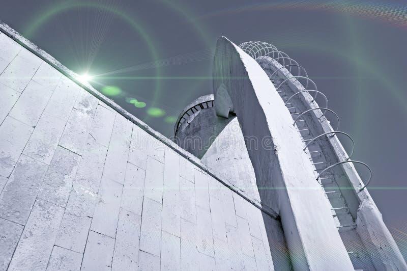 Tonar stads- bakgrund för arkitektur i monokrom med stiliserade kosmiska reflekterade ljus över arkitekturdetaljer arkivbilder