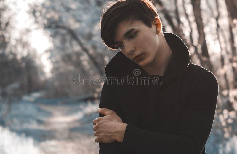 Tonat foto av den ledsna tonåringen på closeupen för bakgrund för tegelstenvägg arkivbilder