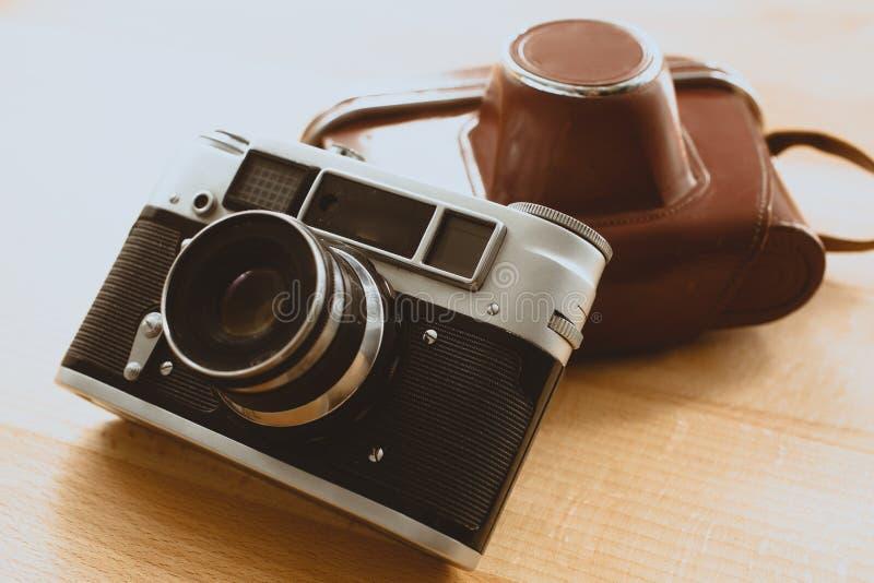 Tonat foto av den retro kameran med det bruna läderfallet arkivbild