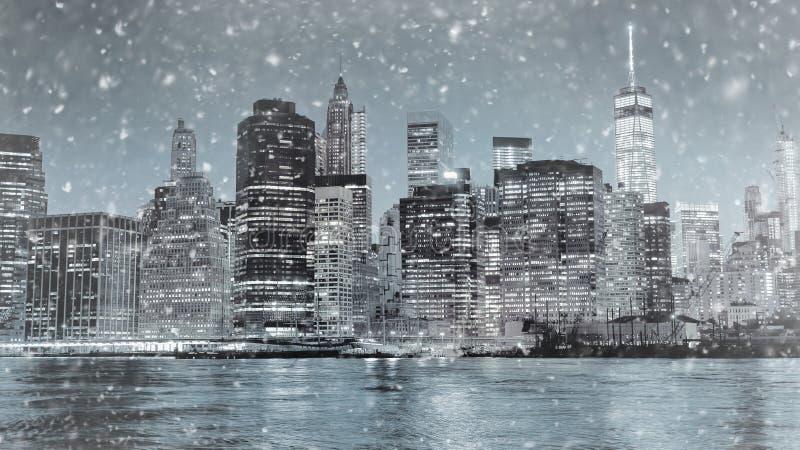 Tonat foto av New York City Manhattan i stadens centrum horisont på vinternatten royaltyfri foto