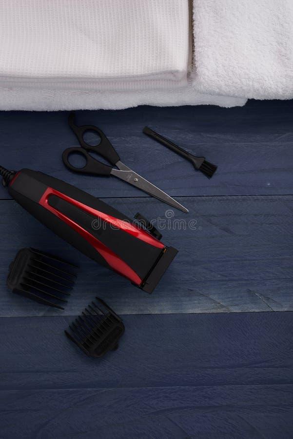 Download Tondeuse Et Ciseaux Le Salon De Coiffure Sur Un Tabl En Bois Photo stock - Image du appareil, detail: 77152418
