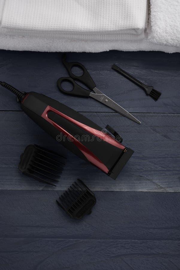 Download Tondeuse Et Ciseaux Le Salon De Coiffure Sur Un Tabl En Bois Photo stock - Image du machine, beauté: 77155194