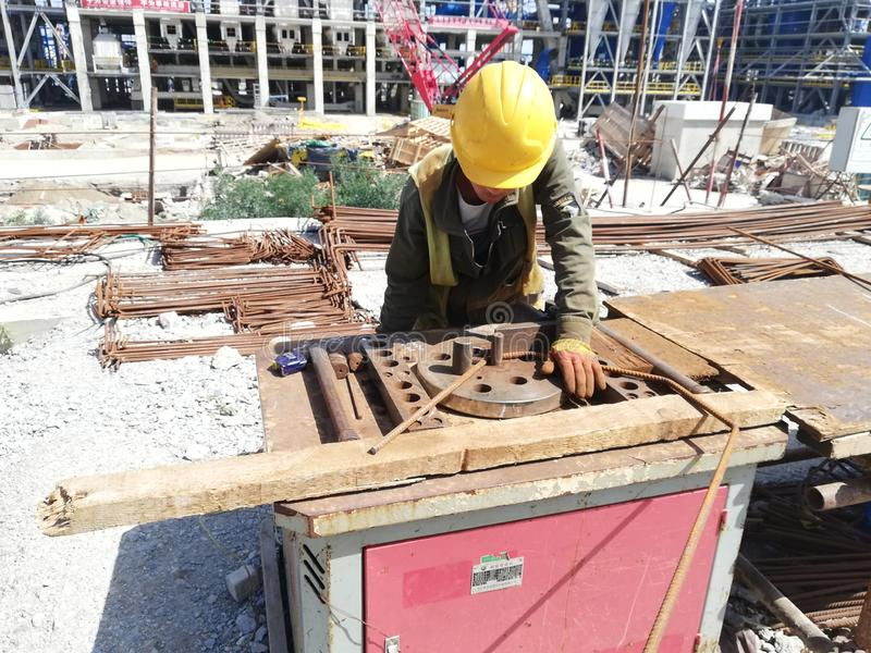 Tondi per cemento armato di piegamento del lavoratore fotografia stock libera da diritti