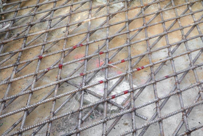 Tondo per cemento armato d'acciaio in una struttura del metallo del cantiere fotografia stock
