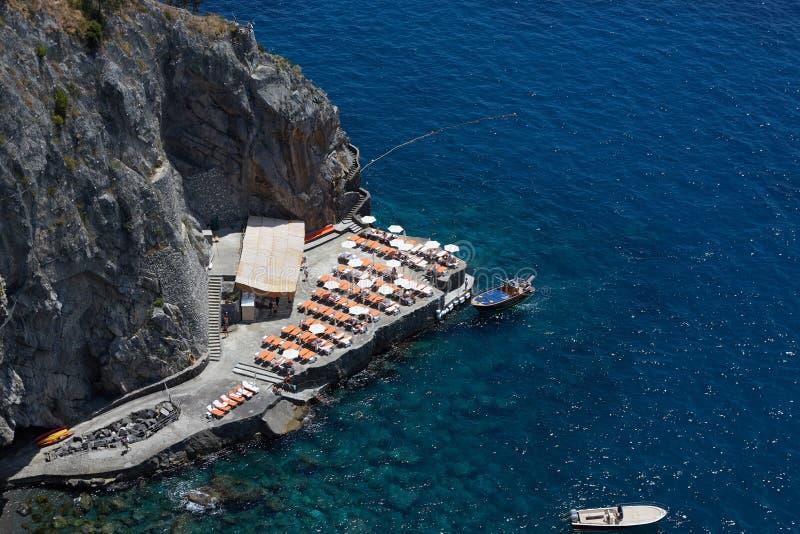 Toneel beeld-prentbriefkaar mening van de mooie stad van Minori bij beroemde Amalfi Kust met Golf van Salerno, Campania stock afbeelding
