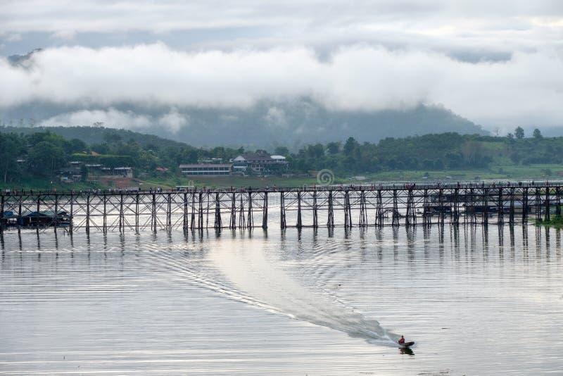 Toneel beroemde houten monbrug met lang-staartboot die in s varen royalty-vrije stock afbeeldingen