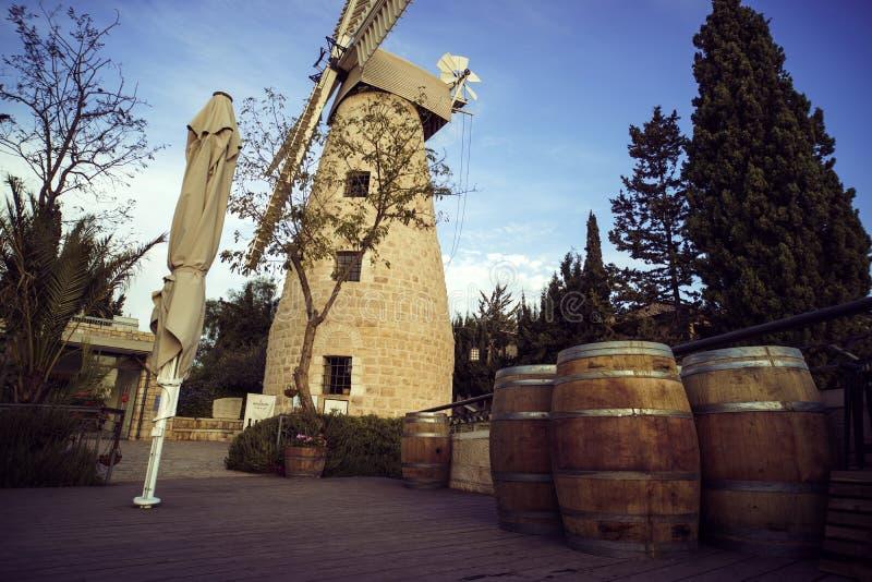 Toneel dagmening van de moderne omgeving van oude middeleeuwse malende windmolen Gesloten en aangehaald zonnescherm en houten vat stock afbeelding