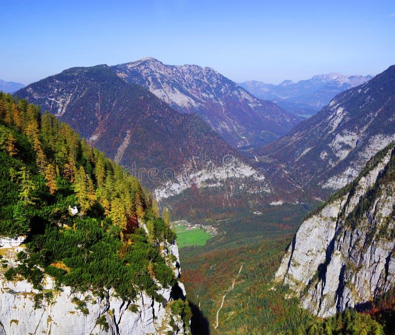 Toneel de herfstlandschap van de Oostenrijkse Alpen van de kabelwagen van Krippenstein Dachstein stock afbeelding