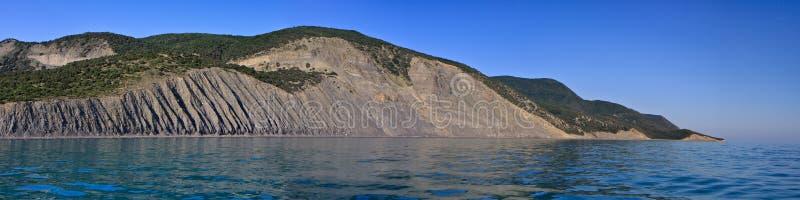 Toneel de kustlandschap van de Zwarte Zee door Utrish, Anapa, Rusland op blauwe hemel zonnige dag Breed hoekpanorama royalty-vrije stock afbeeldingen