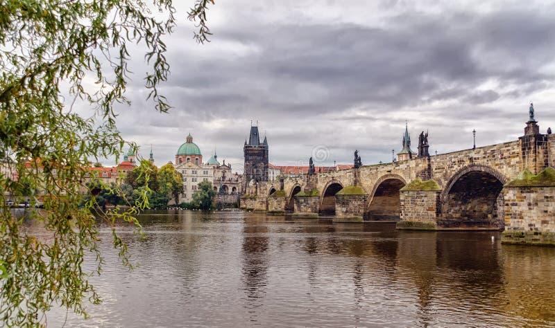 Toneel de lentemening van de Oud architectuur en Charles Bridge van de Stadspijler over Vltava-rivier in Praag, Tsjechische Repub royalty-vrije stock foto's
