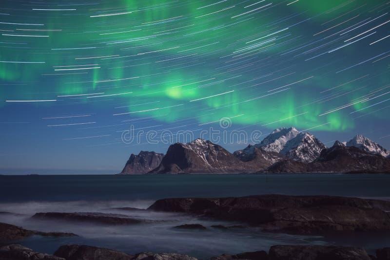 Toneel de winterlandschap met noordelijke lichten, Aurora borealis in nachthemel, Lofoten-Eilanden, Noorwegen stock fotografie