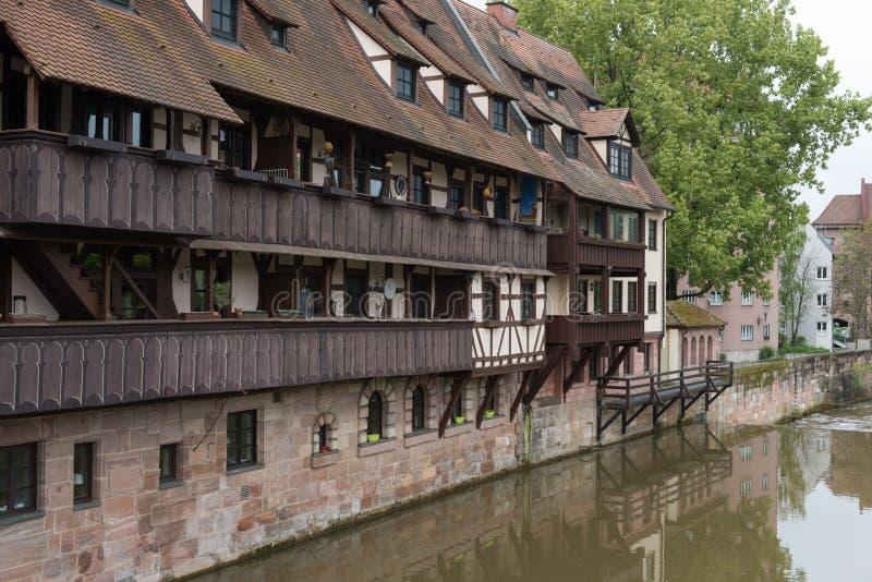 Toneel de zomermening van de Duitse traditionele middeleeuwse helft-betimmerde Oude Stadsarchitectuur in Nuremberg royalty-vrije stock foto