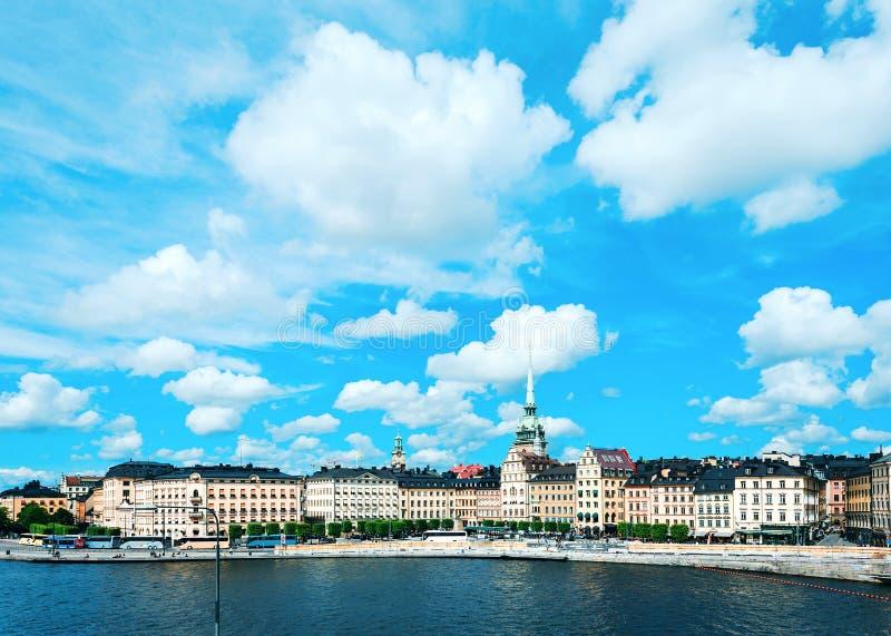 Toneel de zomerpanorama van de Oude Stad Stockholm, Zweden stock fotografie