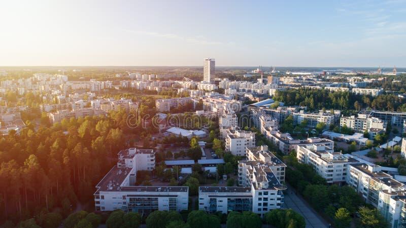 Toneel de zomersatellietbeeld van de moderne architectuur met bedrijfswolkenkrabbers en flatgebouwen in het Vuosaari-district van stock foto's