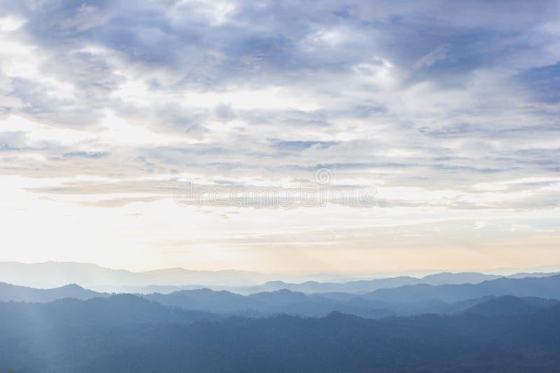 Toneel de zonsondergangochtend van de berg zachte mist bij thongphaphum, kanchanaburi royalty-vrije stock fotografie