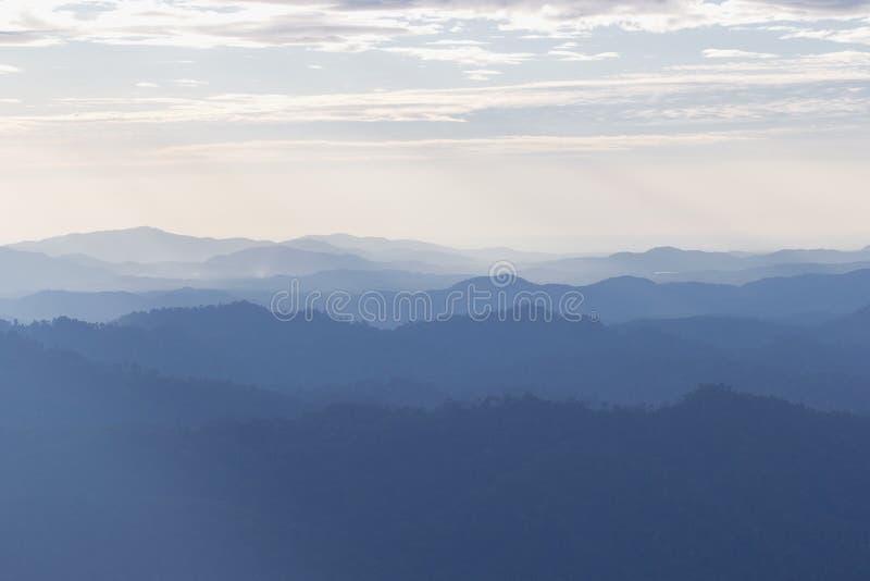 Toneel de zonsondergangochtend van de berg zachte mist bij thongphaphum, kanchanaburi stock fotografie