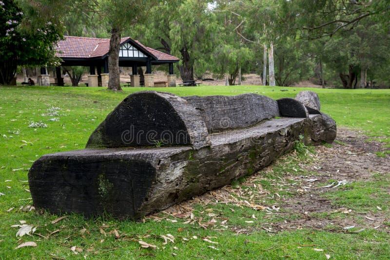 Toneel gesneden houten bank in het Nationale Park van Yanchep stock foto's