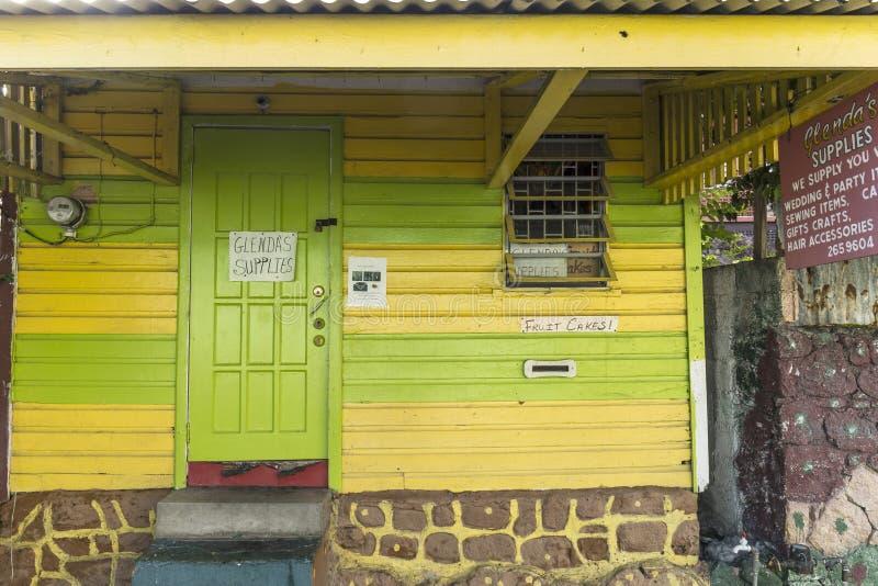 Toneel houten hut op het Grondgebied van kwartcarib in Roseau royalty-vrije stock foto