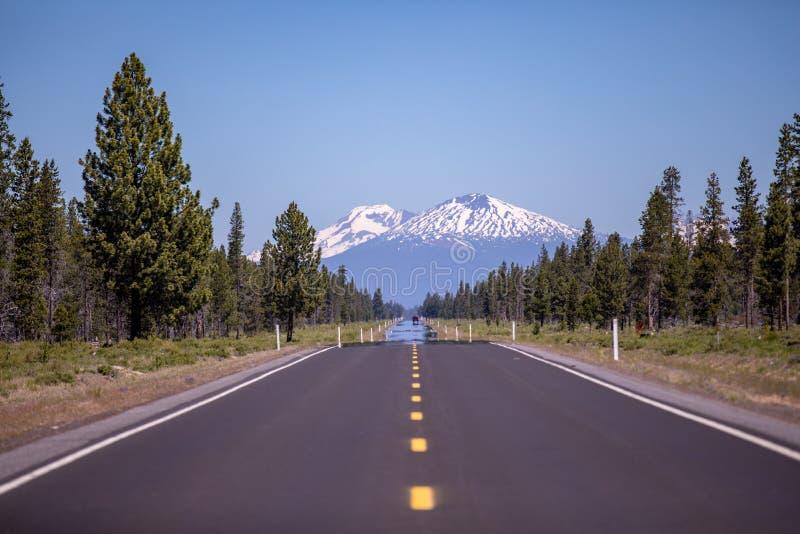 Toneel lege asfaltweg die naar een verre berg leiden royalty-vrije stock afbeeldingen