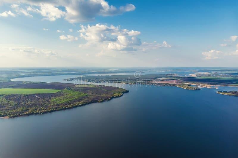 Toneel lucht panoramisch landschap van Oskol-rivierkromme in Oost-Europa met groen bos bij banken en blauwe bewolkte hemel naught royalty-vrije stock foto