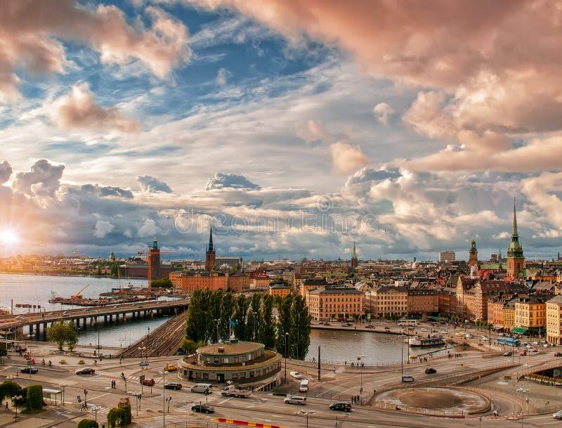 Toneel luchtmening van Gamla Stan - Oude Stad - en Slussen in Stockholm bij zonsondergang royalty-vrije stock foto's