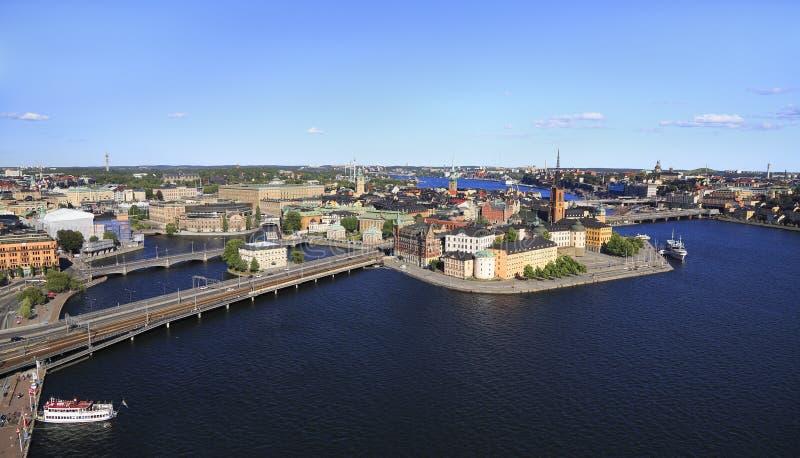 Toneel luchtpanorama van de Oude Stad Gamla Stan van Stockholm en omringende horizon stock afbeeldingen