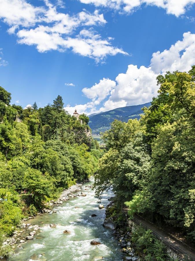 Toneel opgeheven mening aan Passer Rivier in Merano, Zuid-Tirol, Italië stock foto's