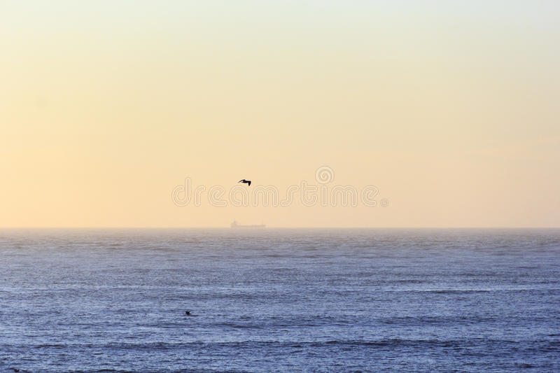 Toneel oranje horizon met perfecte horizonlijn met overzees royalty-vrije stock afbeeldingen