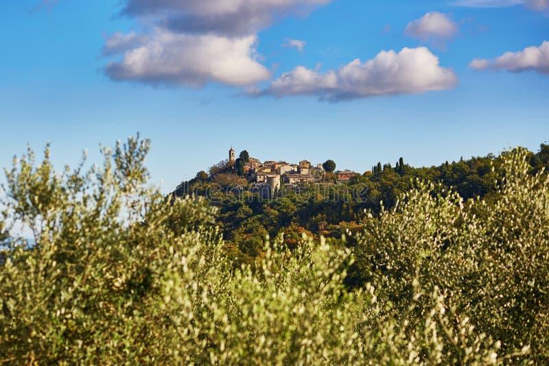 Toneel Toscaans landschap met klein dorp bovenop heuvel stock fotografie