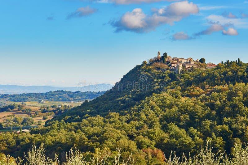Toneel Toscaans landschap met klein dorp bovenop heuvel stock foto's