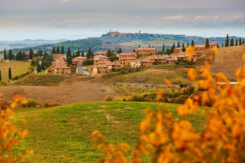 Toneel Toscaans landschap met klein dorp bovenop heuvel stock afbeeldingen
