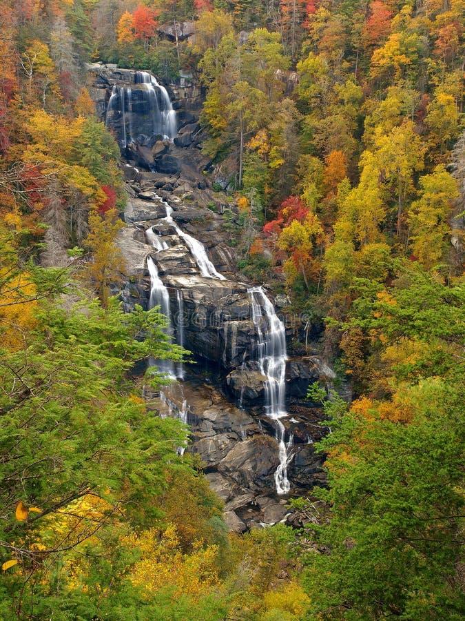 Toneel waterval in de herfst stock fotografie