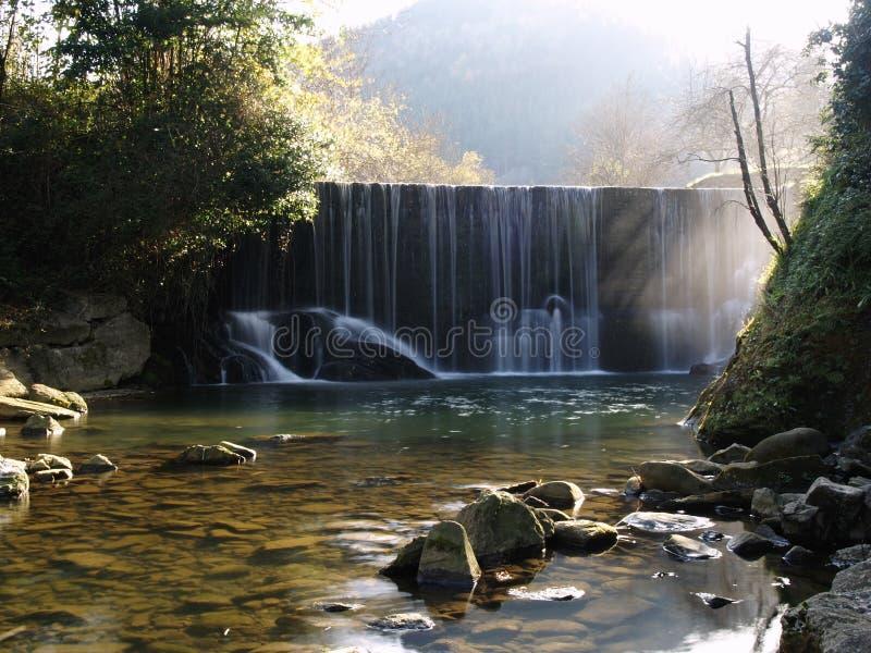 Toneelwatervalstroom in zijdeachtig effect. stock fotografie