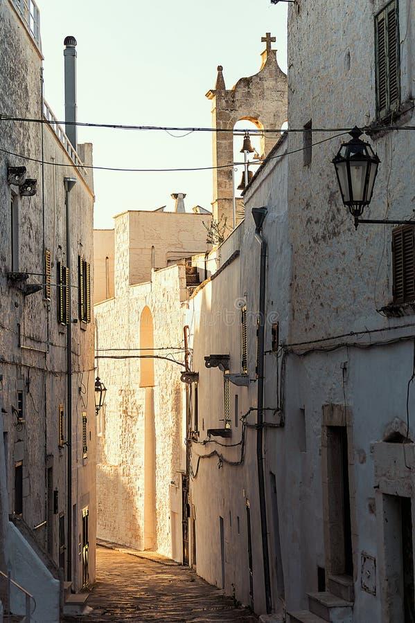 Toneel weinig straat in het witte dorp van Ostuni in Salento op het Adriatische overzees stock foto's