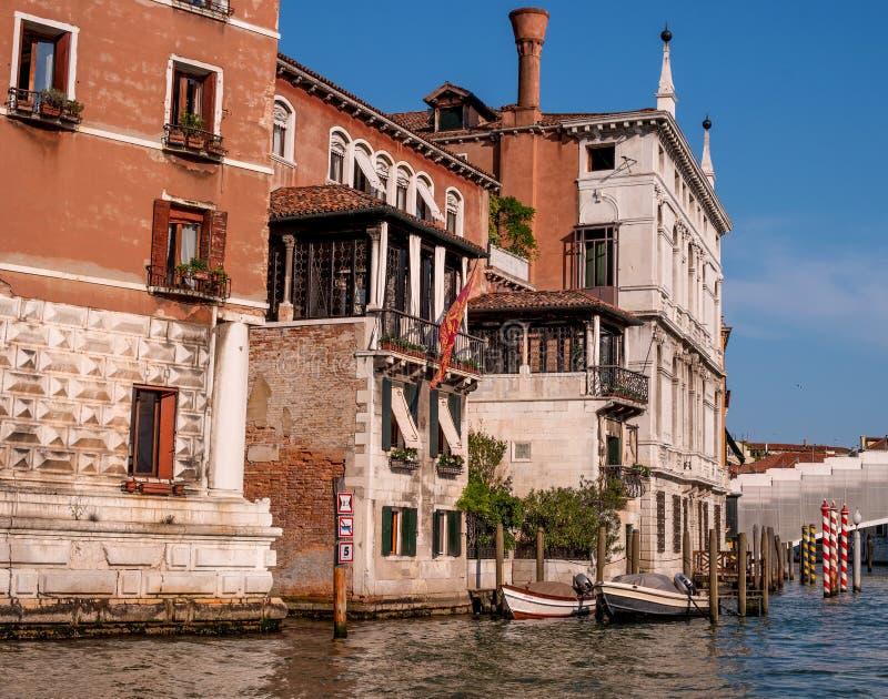 Toneelarchitectuur langs Grand Canal in het district van San Marco van Venetië, Italië Het huis heeft een dok en een motorboot stock foto