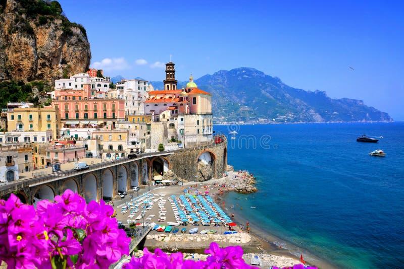 Toneelatrani-dorp langs de Amalfi Kust van Itali? met bloemen en blauwe overzees stock foto's