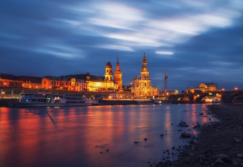 Toneelavondmening van Oude Stadsarchitectuur met Elbe rivierdijk in Dresden, Saksen, Duitsland stock foto