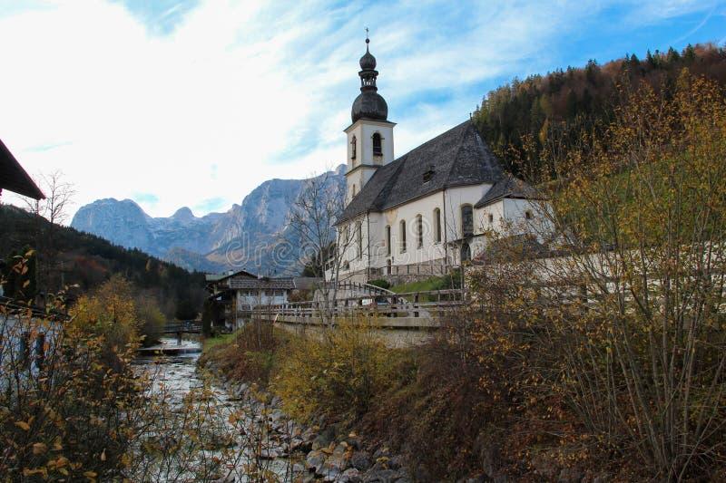 Toneelberglandschap in de Beierse Alpen en de beroemde Parochiekerk van St Sebastian royalty-vrije stock afbeelding
