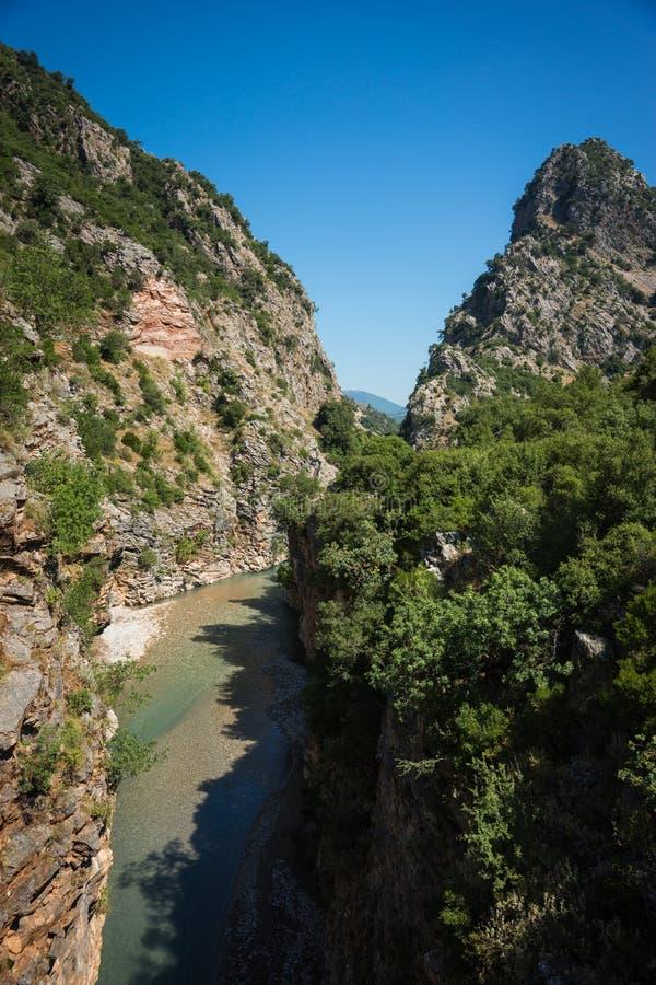 Toneelberglandschap met Krikiliotis-rivier, Evritania stock afbeeldingen